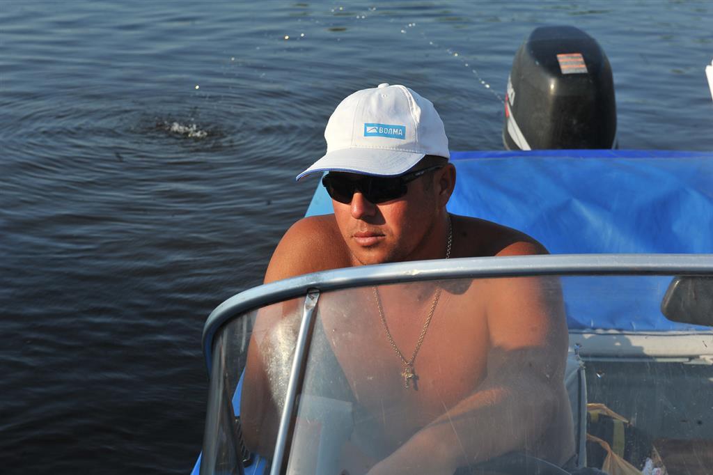 фото парней на лодке