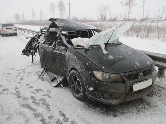 Под Самарой иностранная машина врезалась втрактор, пострадала девушка