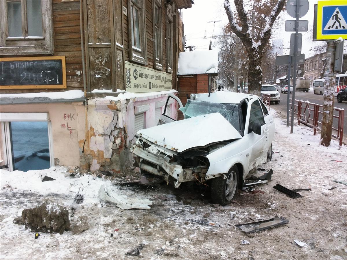 Висторическом центре Самары автомобиль врезался вбар