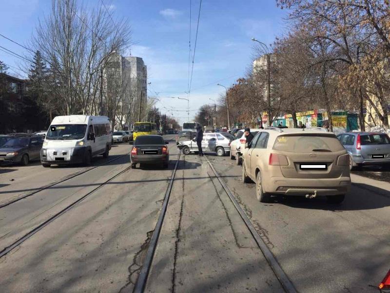 ВСамаре наАэродромной столкнулись 4 автомобиля