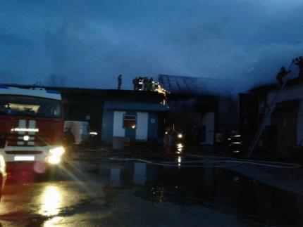 Сверепый пожар произошел наскладе автозапчастей вСамаре