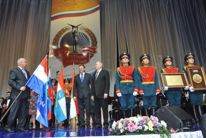 Ввоенном Параде памяти наплощади Куйбышева приняли участие первые лица области