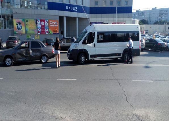 ВТольятти легковушка протаранила маршрутку, пострадали две пассажирки