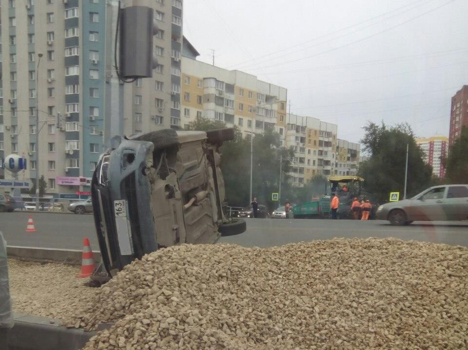 ВСамаре уТЦ «Апельсин» перевернулась Лада Granta, шофёр в клинике