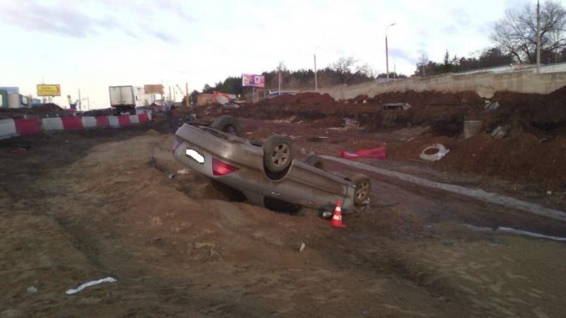 НаМосковском шоссе опрокинулся вкювет Mercedes