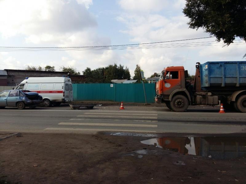 ВЗубчаниновке «КамАЗ» врезался виномарку, последнюю отбросило на 2-х пешеходов