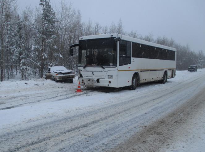 ВСамарской области вовремя снегопада столкнулись ВАЗ ипассажирский автобус