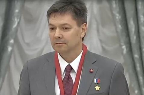 ВКремле Путин присвоил звание Героя РФ летчику-испытателю Михаилу Беляеву