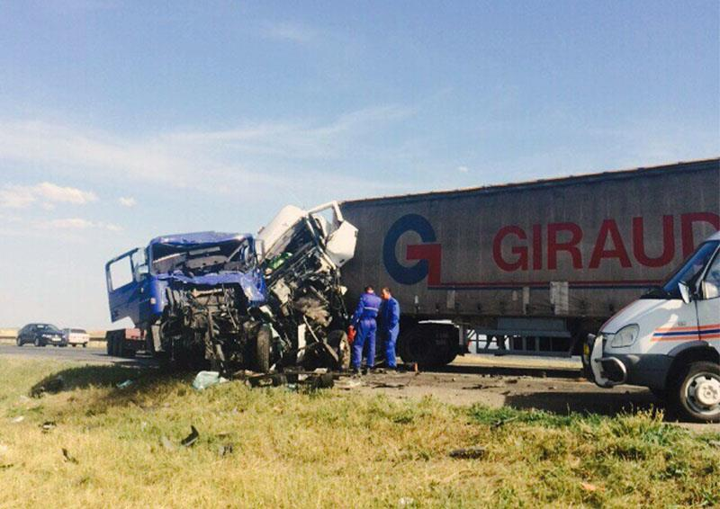 Cотрудники экстренных служб деблокировали 2 водителей столкнувшихся тягачей