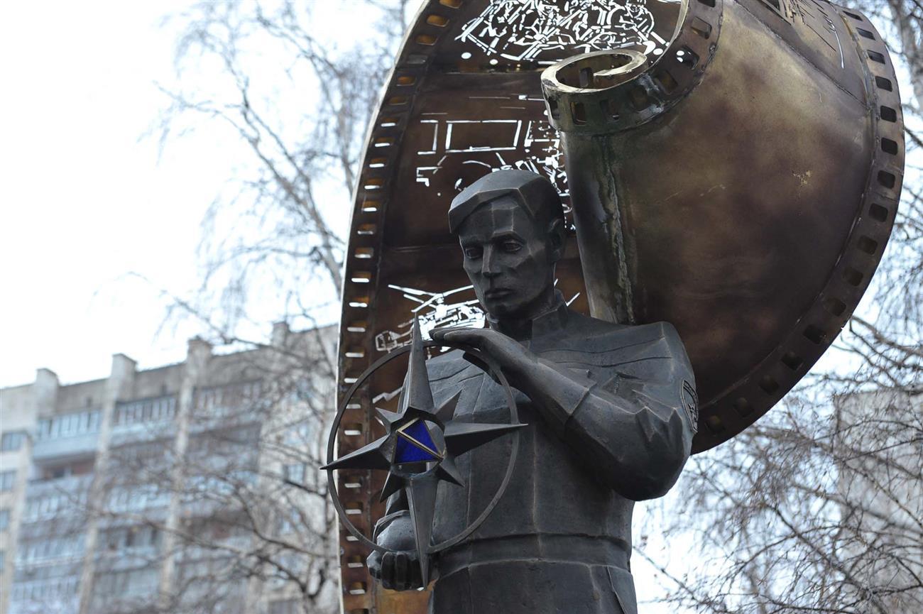 Установить памятник в самаре памятник из гранита в москве адреса