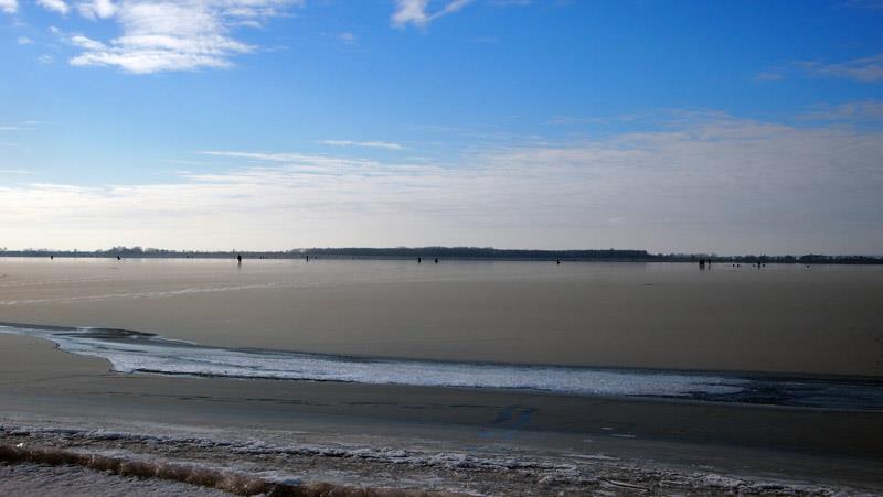 ВСтавропольском районе сдрейфующей льдины сняли 16 рыбаков