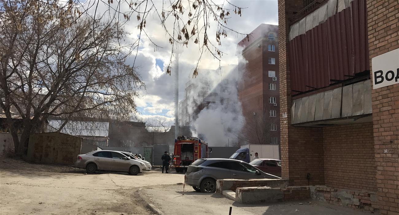 ВСамаре удома наулице Водников пожарные гасят 5 машин