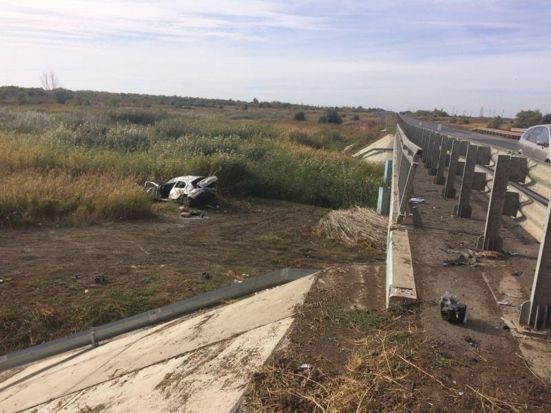 ВСамарской области иностранная машина врезалась вограждение иупала смоста