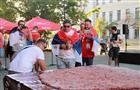 В Самаре по случаю победы Сербии приготовили 50-килограммовую плескавицу
