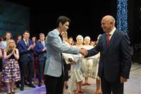 Губернатор вручил Золотые медали выпускникам школ Тольятти