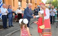 Николай Меркушкин вручил ключи от новых квартир жителям поселка Октябрьский
