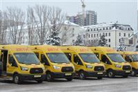 Губернатор передал ключи от 18 школьных автобусов и 8 автомобилей скорой помощи