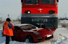 В Тольятти на железнодорожном переезде поезд протаранил Porsche Panamera GTS