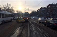 """В столкновении с трамваем в Самаре пострадал водитель такси """"Яндекс"""""""