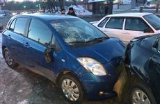 В Самаре автоледи на Toyota столкнулась с тремя машинами и сбила мужчину