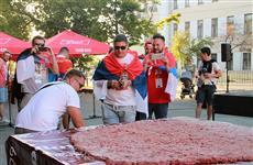 В Самаре в честь победы сборной Сербии приготовили гигантскую плескавицу