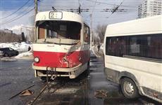 В Самаре столкнулись пассажирский микроавтобус и трамвай