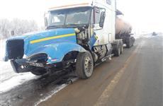 В Алексеевском районе УАЗ врезался в припаркованную автоцистерну и загорелся