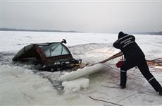 На Волге у спуска ул. Лейтенанта Шмидта под лед провалился автомобиль с людьми