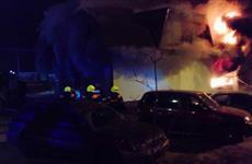 В Тольятти ночью 33 человека тушили пожар в шиномонтажной мастерской