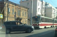 В центре Самары девушка на Mercedes врезалась в столб, остановив движение трамваев