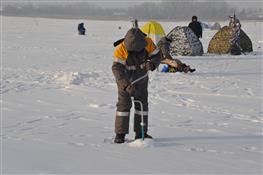 На Черновском водохранилище при 28-градусном морозе прошли соревнований по рыбалке со льда
