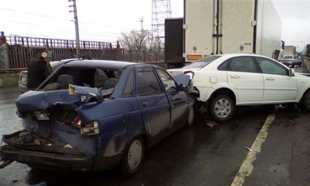 """""""КамАЗ"""" с отказавшими тормозами """"собрал"""" четыре машины на ГЭС"""