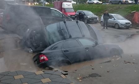 В Самаре две машины провалились в яму с кипятком