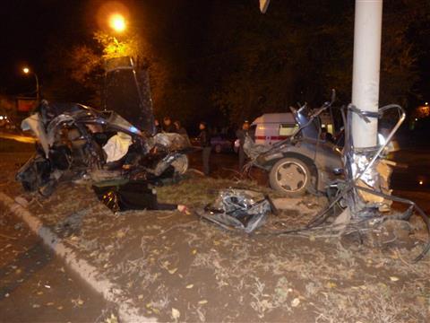 В Самаре Mercedes врезался в столб - трое погибли