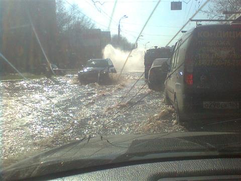 Улицу Стара-Загора затопило водой из прорвавшегося трубопровода