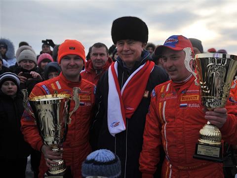 Николай Меркушкин вручил кубок губернатора победителю этапа чемпионата России по трековым автогонкам