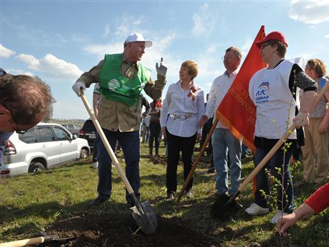 Николай Меркушкин принял участие в высадке деревьев в зеленой зоне Тольятти