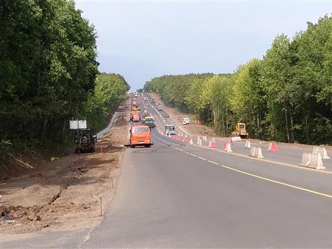 На Волжском шоссе уже наполовину уложили верхний слой асфальта