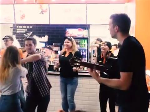 """Организаторы фестиваля """"Тремоло"""" провели арт-моб втольяттинской пиццерии"""