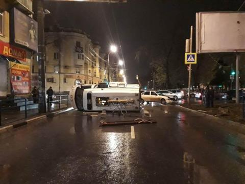В Самаре легковушка опрокинула машину скорой помощи