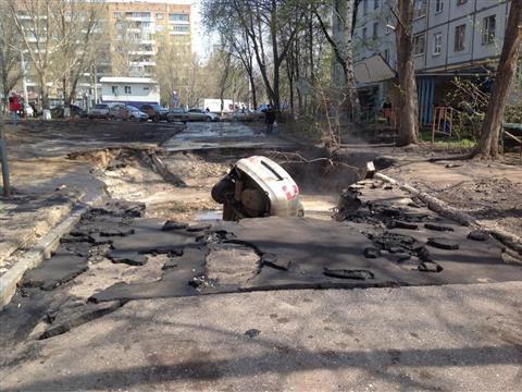 В Самаре автомобиль провалился в яму с горячей водой