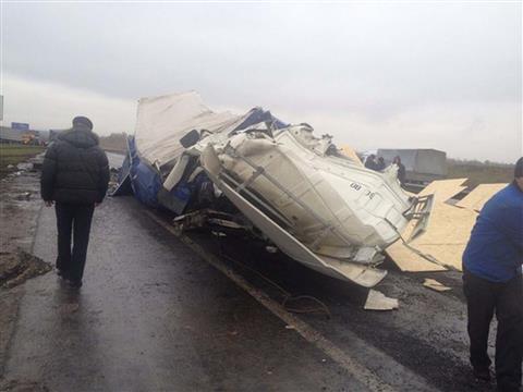 На трассе М-5 фура врезалась в машины дорожной службы, погиб рабочий