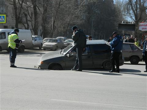 На ул. Авроры под асфальт провалился автомобиль