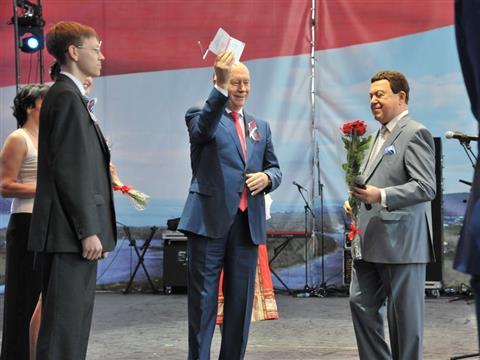 Иосиф Кобзон и Николай Меркушкин вручили российские паспорта переселенцам из Донецка