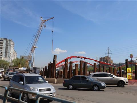 На Московском шоссе заливают вторую секцию фундамента путепровода под пр. Кирова