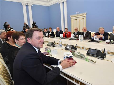 Дмитрий Азаров вручил жителям области государственные и региональные награды