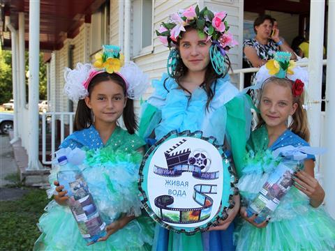 """В Исаклах прошел экологический карнавал """"Голубая лента"""""""