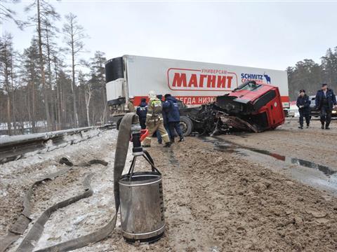На трассе М5 столкнулись две фуры, возникала угроза разлива бензина
