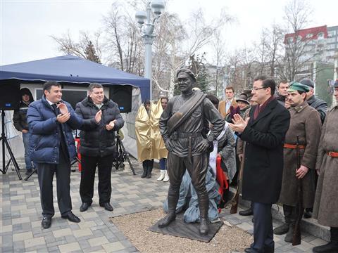 В Самаре торжественно открыли скульптуру товарища Сухова