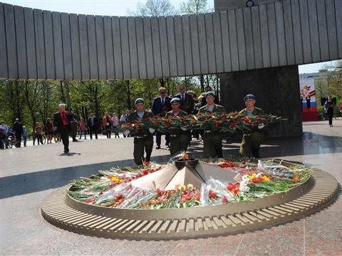 Губернатор возложил цветы к Вечному огню в Тольятти